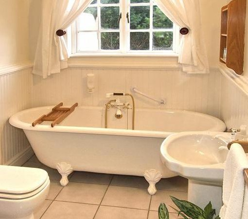 Milkwood Manor-Bathroom lagoon room