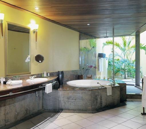 paradis-Senior Suite bathroom