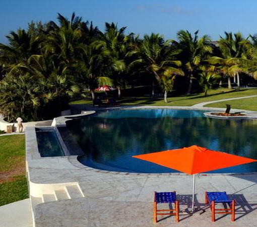 vilanculos-beach-lodge-pool-lawn